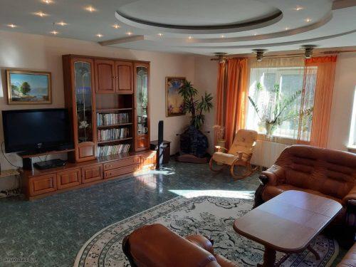 Labai gražioje vietoje, Antakalnyje, prie pat miško išnuomojamas erdvus 4 kambarių butas.