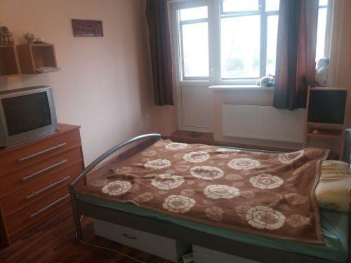 Nuomojamas tvarkingas erdvus kambarys 2 kambarių bute